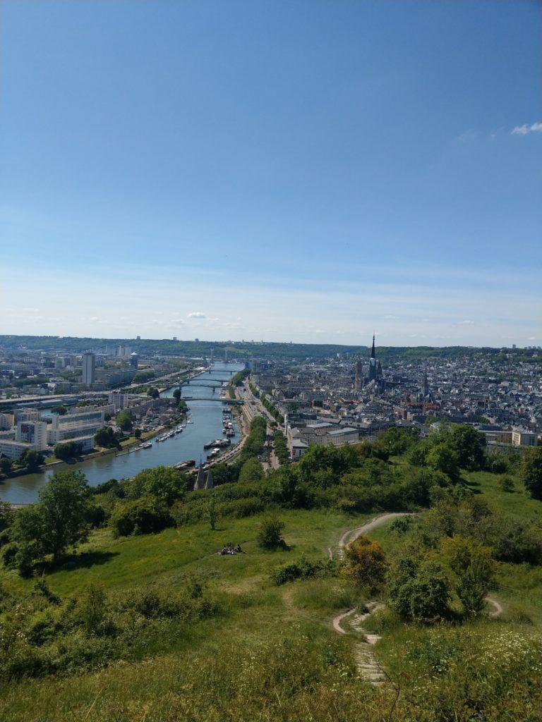 La vue panoramique sur Rouen depuis la Côte Sainte-Catherine