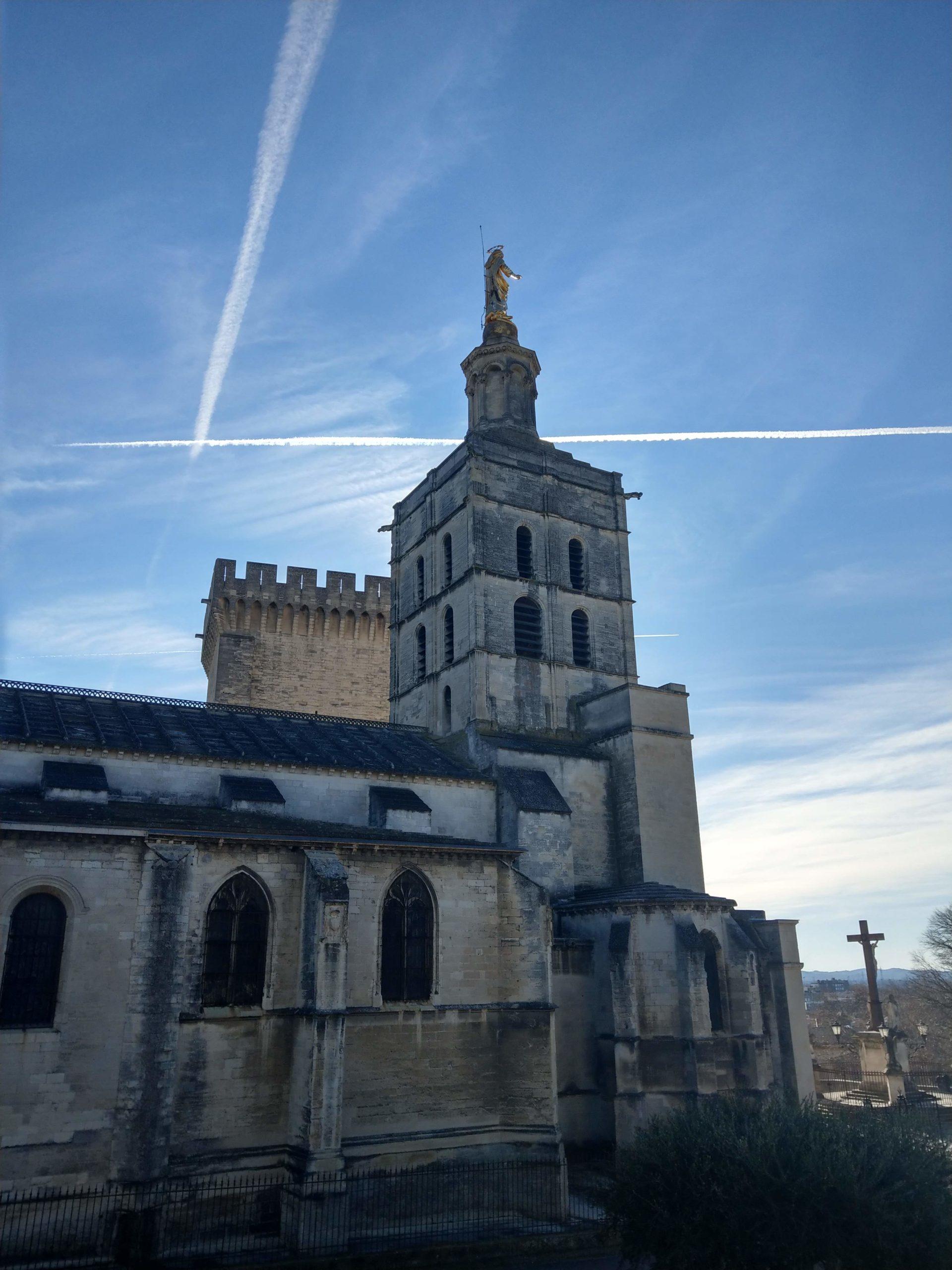 La Cathédrale Notre-Dame des Doms à proximité du Palais des Papes
