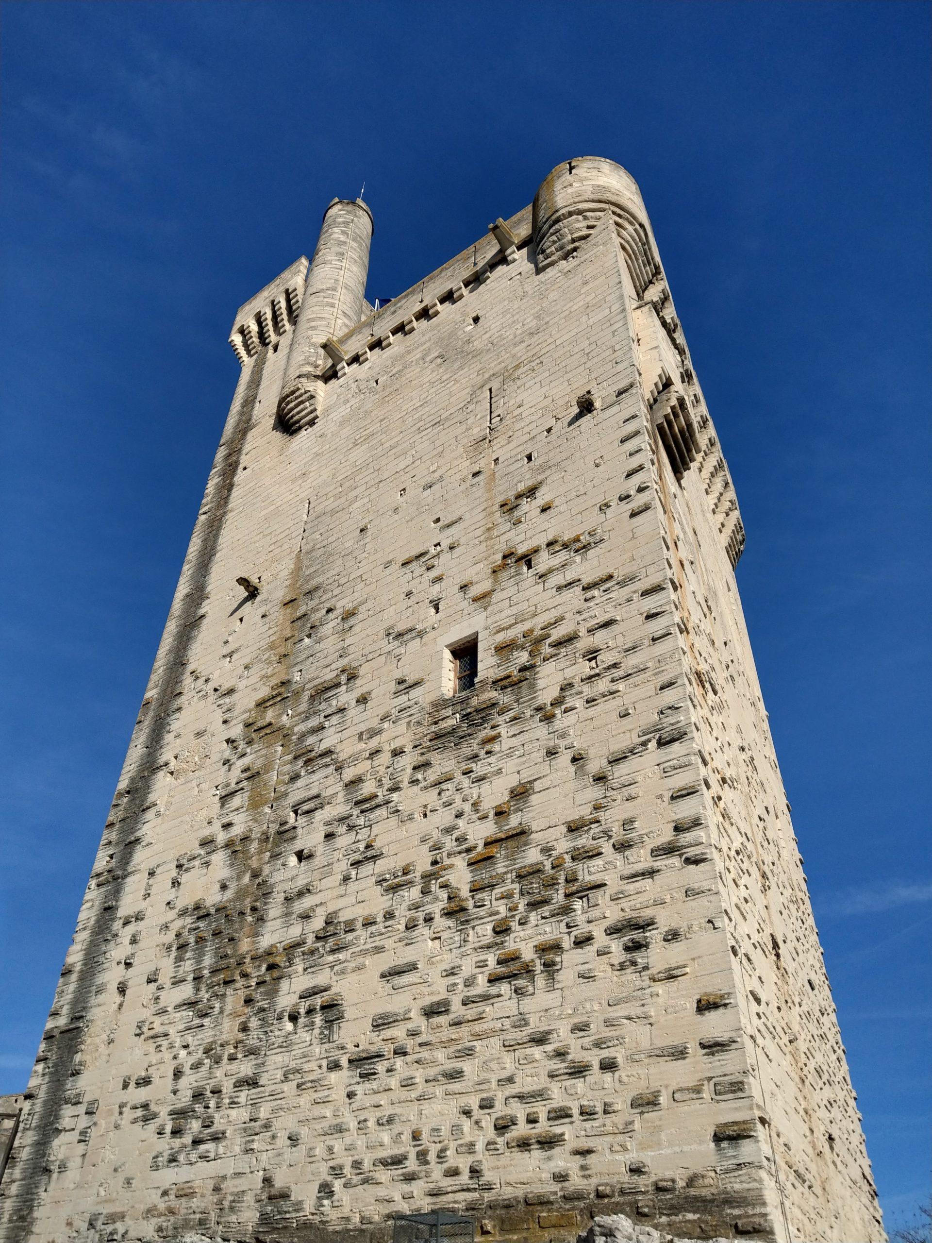 La vue au pied de la Tour Philippe le Bel
