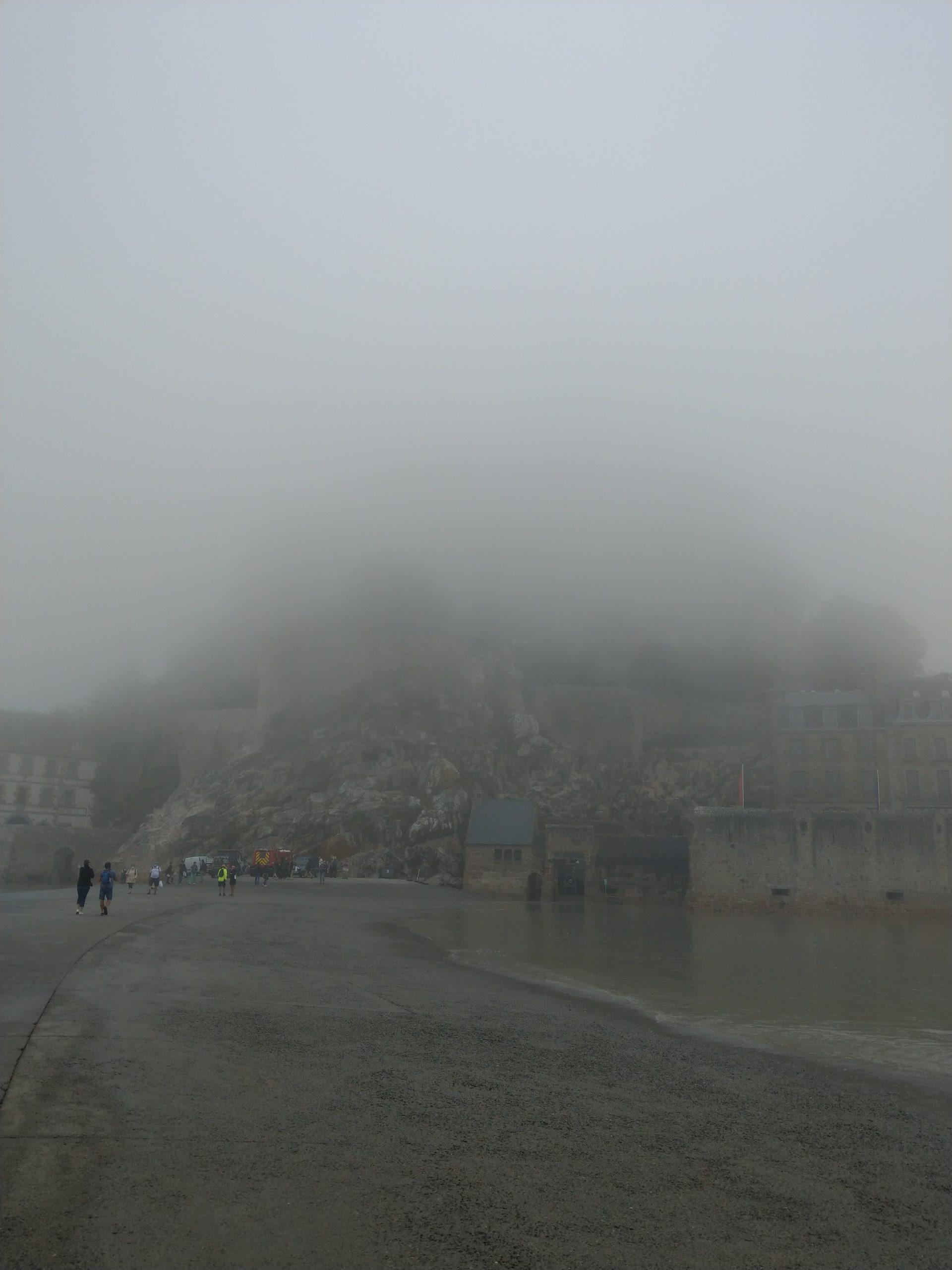 Au pied du Mont un jour de brouillard